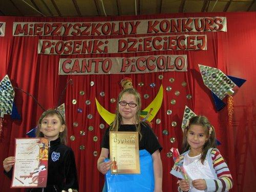 Fotografie z artykułu: IX Powiatowy Międzyszkolny Konkurs Piosenki Dziecięcej w SP nr 17 w Płocku.