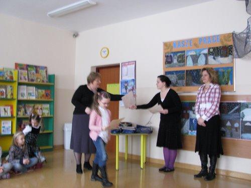 Fotografie z artykułu: Rozstrzygnięto Międzyszkolny Konkurs Plastyczny 'Portret babci i dziadka'