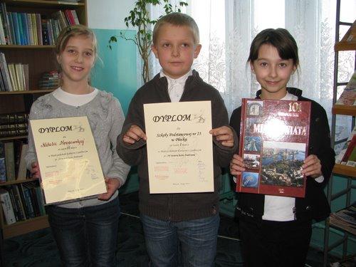 Fotografie z artykułu: Międzyszkolny Konkurs Czytelniczy pt.' W świecie baśni Andersena'.