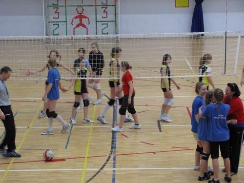 Fotografie z artykułu: Płockie Igrzyska Młodzieży Szkolnej w 'czwórkach' siatkarskich dziewcząt.
