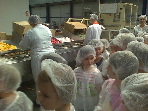 Fotografie z artykułu: Pierwszaki w fabryce dr.Oetkera.