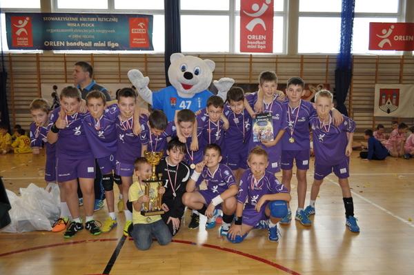 Fotografie z artykułu: Klasa V s chłopców obroniła I miejsce w Orlen Handball Lidze