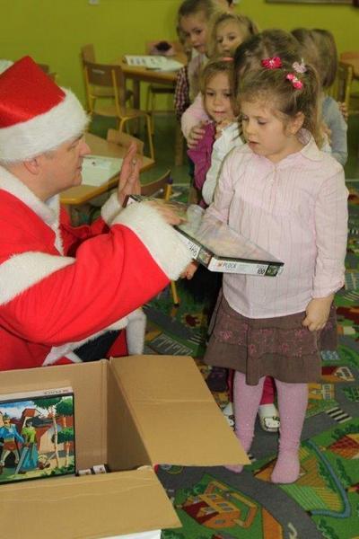 Fotografie z artykułu: Święty Mikołaj odwiedził zerówkę.