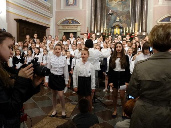 Fotografie z artykułu: Nasz chór w Farze! Laureatka konkursu plastycznego też!