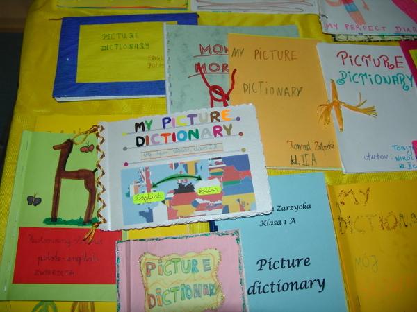 """Fotografie z artykułu: Rozstrzygniecie konkursu z języka angielskiego dla klas I-III pt. """"Picture Dictionary"""" i """"What a story""""."""