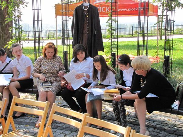 Fotografie z artykułu: Narodowe czytanie utworów Henryka Sienkiewicza na Wzgórzu Tumskim