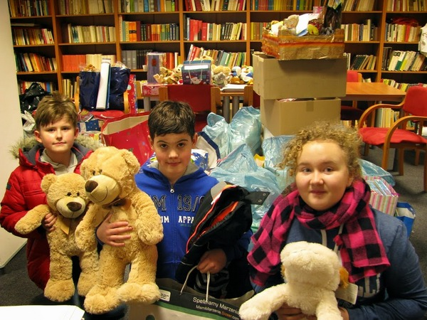 Fotografie z artykułu: Maskotki dla chorych dzieci od klasy 4c.