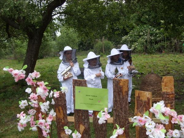 Fotografie z artykułu: II a na warsztatach serowarskich i pszczelarskich w Wesołej Zagrodzie