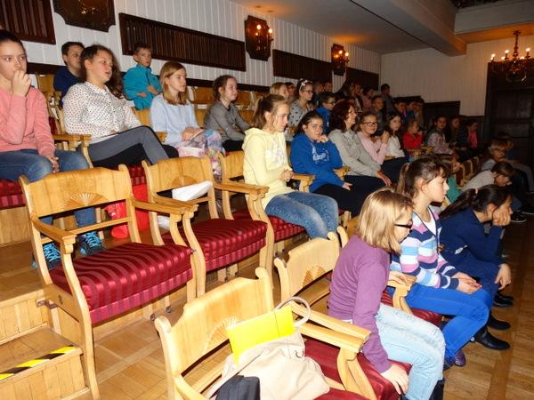 Fotografie z artykułu: Chór i klasa 5c w Warszawskiej Operze Kameralnej