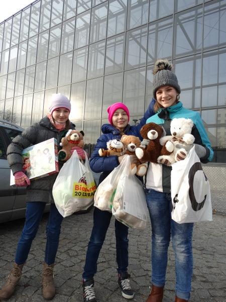 Fotografie z artykułu: Klasa 5c wspiera Mikołajkową akcję płockiego teatru!