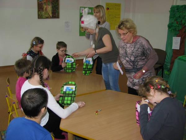 Fotografie z artykułu: Goście w świetlicy szkolnej.