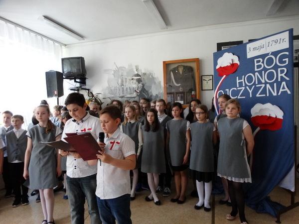 Fotografie z artykułu: Akademia z okazji 225. rocznicy uchwalenia Konstytucji 3 Maja.