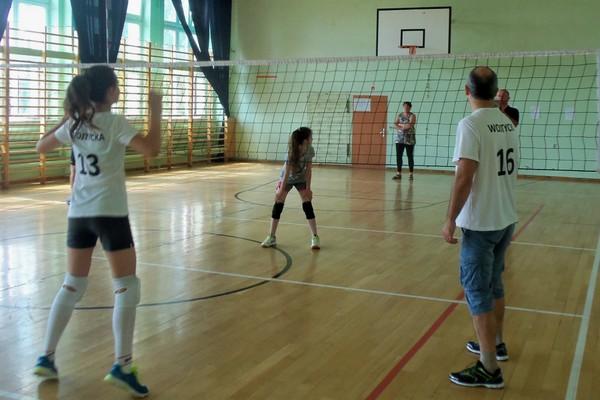 Fotografie z artykułu: Rodzinny Turniej Siatkarski w 4s.