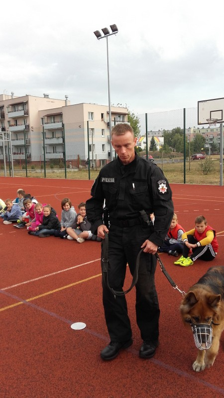 """Fotografie z artykułu:  """"Bezpieczne dziecko – bezpieczny pies"""" - profilaktyka zachowań w obecności psa"""