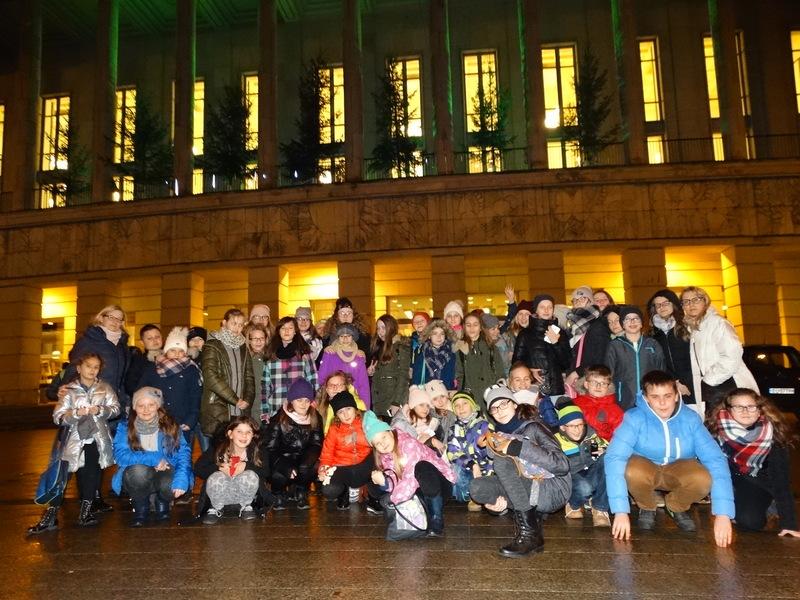 Fotografie z artykułu: Mikołajkowa wycieczka chóru na balet do Teatru Wielkiego w Łodzi.