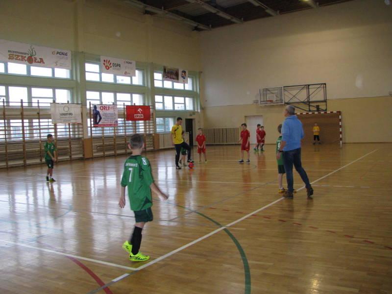 Fotografie z artykułu: I Mikołajkowy Turniej Piłki Nożnej Klas Czwartych.