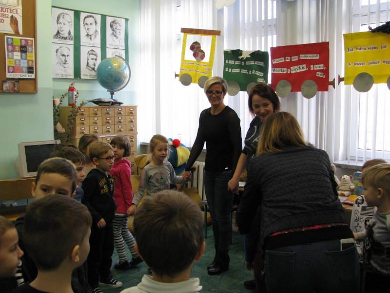 Fotografie z artykułu: Przedszkolaki w szkolnej bibliotece.