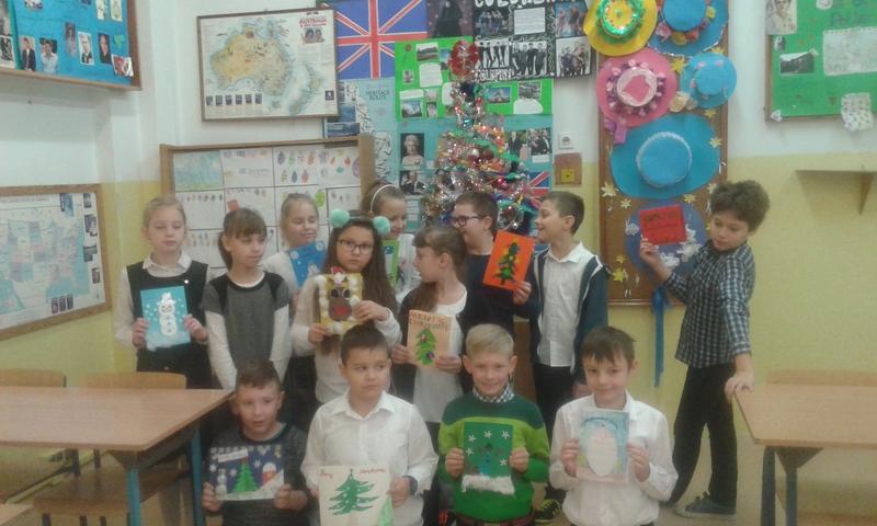"""Fotografie z artykułu: """"Christmas cards"""" -  świąteczne kartki w klasach Ia, Ib,IIId i IIIe"""
