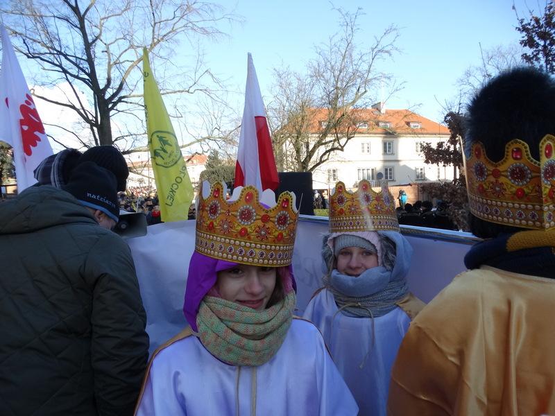 Fotografie z artykułu:  Pomimo siarczystego mrozu chórzyści dzielnie śpiewali kolędy na Orszaku Trzech Króli