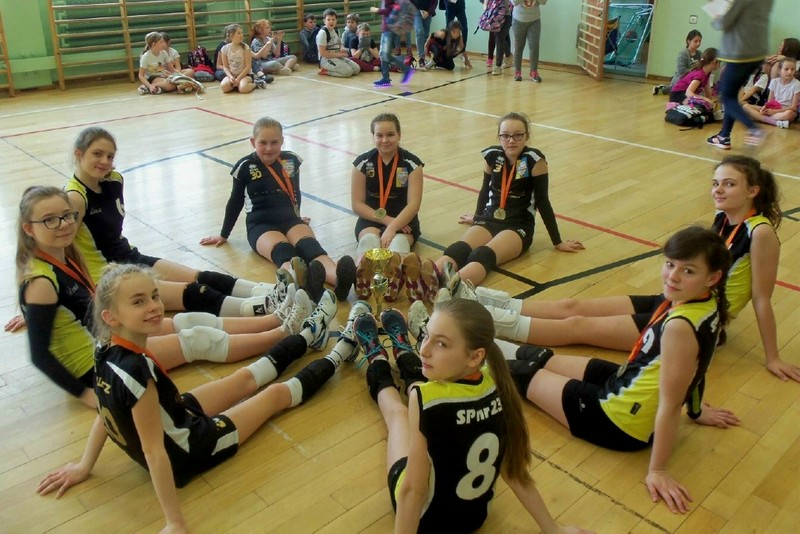 Fotografie z artykułu: I miejsce naszych siatkarek w finale Płockiej Olimpiady Młodzieży.