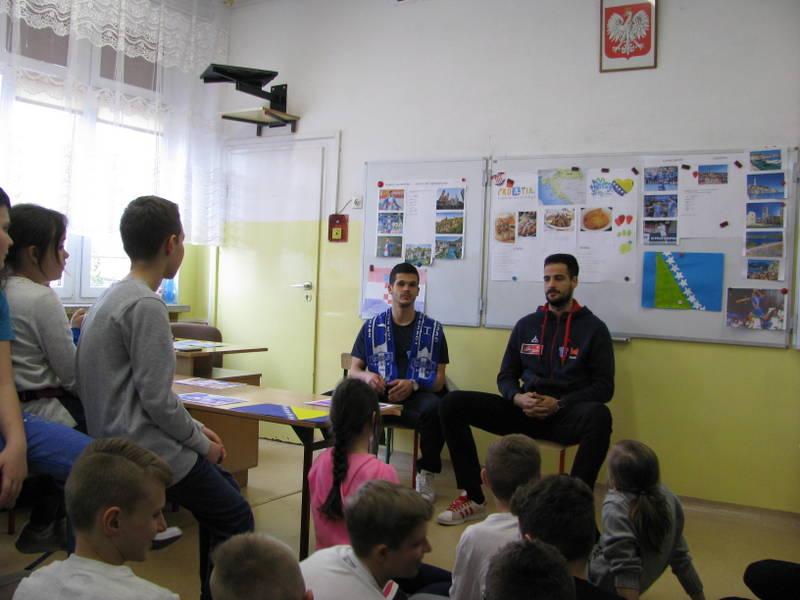 Fotografie z artykułu: Lekcja języka angielskiego z zawodnikami SPR Wisła Płock  - Marko Tarabochia  i Lovro Mihić
