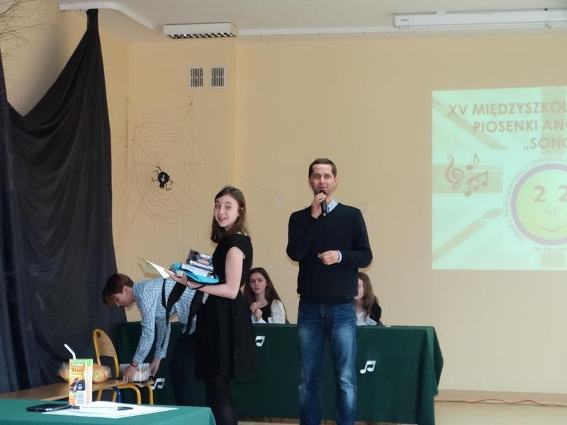 Fotografie z artykułu: I miejsce na Międzyszkolnym Festiwalu Piosenki Angielskiej SONG!