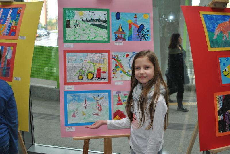 """Fotografie z artykułu: Projekt """"Młodzi Artyści w poczekalni sztuki"""""""