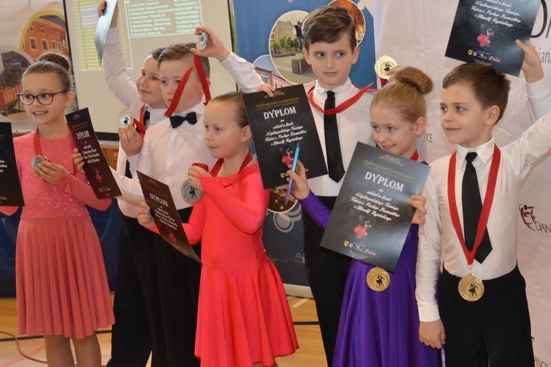 Fotografie z artykułu: Kolejne sukcesy par tanecznych z klasy 2g!