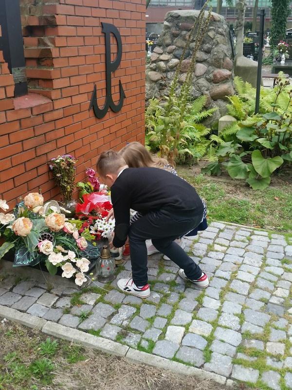 Fotografie z artykułu: Społeczność naszej szkoły pamięta...
