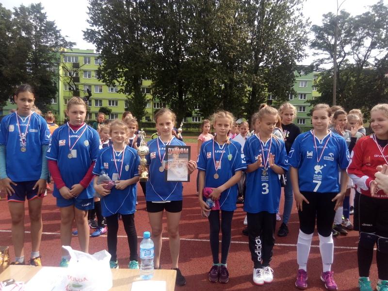 Fotografie z artykułu: Rozpoczynamy sezon sportowy II miejscem w minipiłce nożnej dziewcząt.