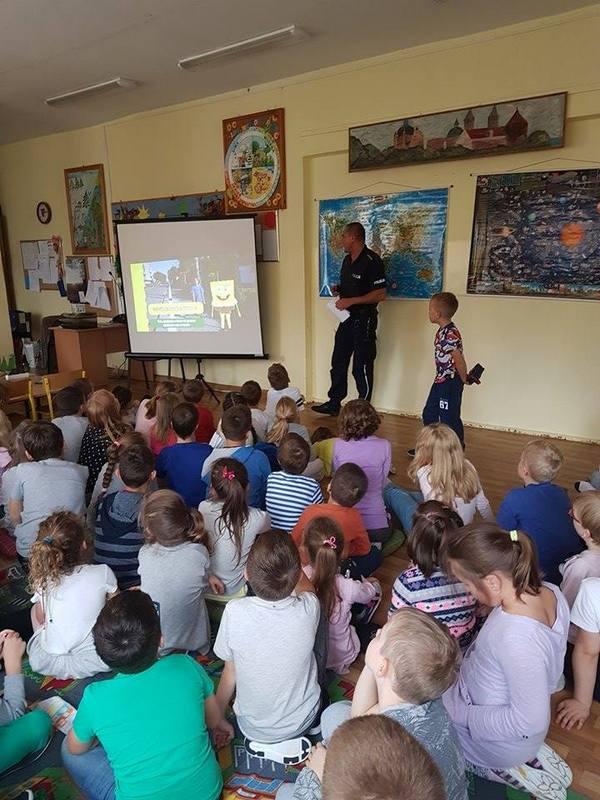 Fotografie z artykułu: Spotkanie z policjantem w szkolnej świetlicy