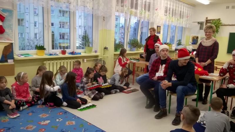 Fotografie z artykułu: Pomocnicy Mikołaja w naszej szkole