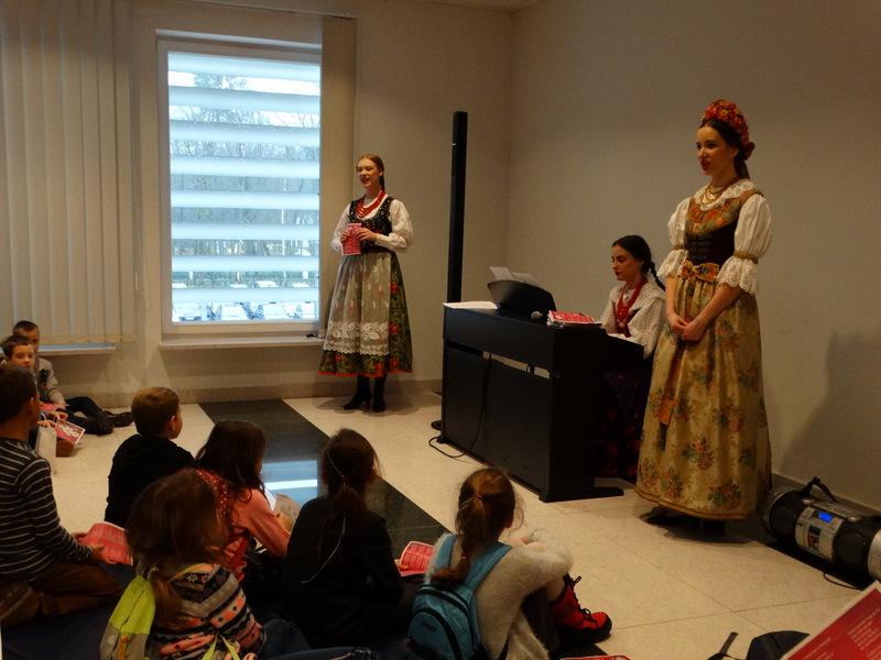 Fotografie z artykułu: Mikołajki chóru i klasy 4e w Mateczniku Zespołu 'Mazowsze'