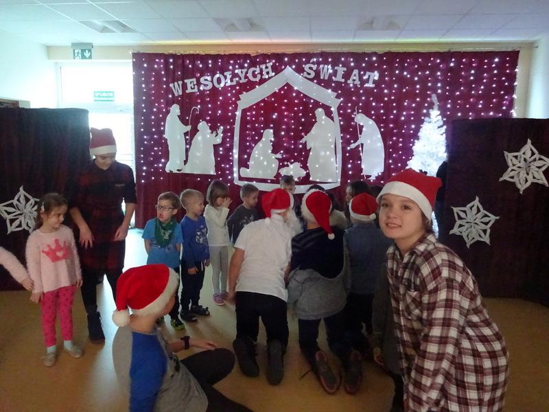 Fotografie z artykułu: Christmas songs and carols, a concert. Koncert piosenek świątecznych i kolęd w wykonaniu uczniów grupy 5d,a dla przedszkolaków z Miejskiego Przedszkola z Oddziałami Integracyjnymi Nr31 w Płocku.