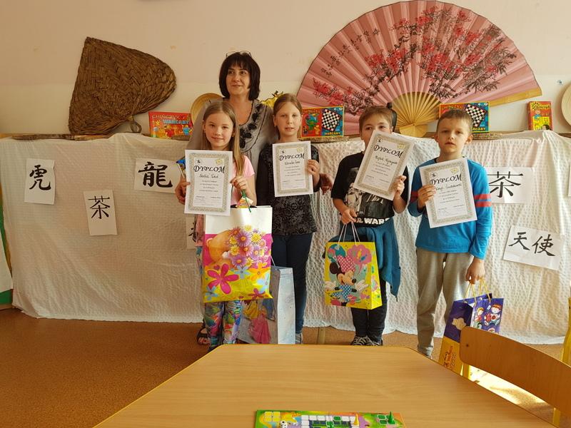 Fotografie z artykułu: Pierwsza edycja szkolnego Turnieju Gry w Chińczyka o Puchar Dyrektora Szkoły SP 23 w Płocku.