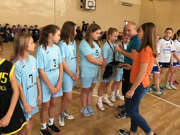 Fotografie z artykułu: Finały Młodzieżowej Ligii Sportowej w Mini – Koszykówce Dziewcząt i Chłopców.