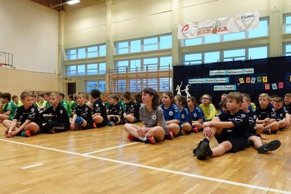Fotografie z artykułu:   I Charytatywny Turniej Piłki Ręcznej o Puchar Dyrektora SP 23 w Płocku                                         'Gramy dla Julii'