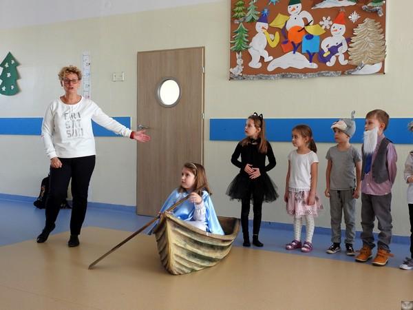 """Fotografie z artykułu: Przedszkolaki w naszej szkole- szukamy wiosny """"Pod Tęczą""""."""