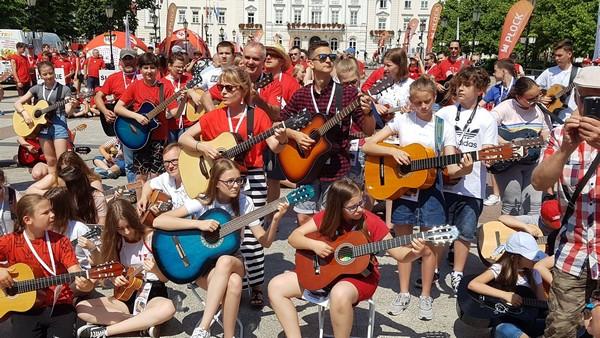 Fotografie z artykułu: '100 gitar na 100-lecie PCK'